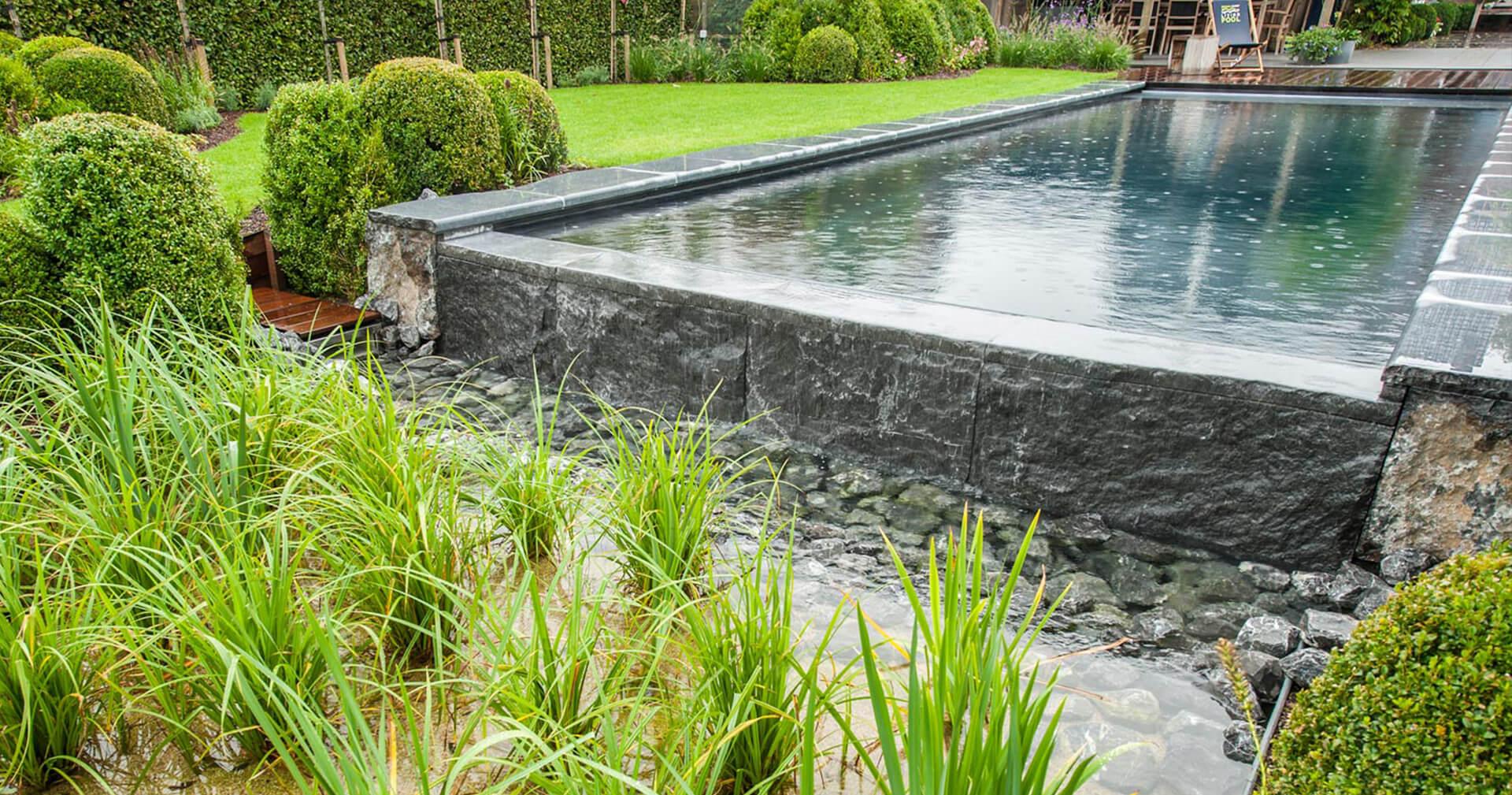 Biotop rechthoekig natuurzwembad van natuursteen