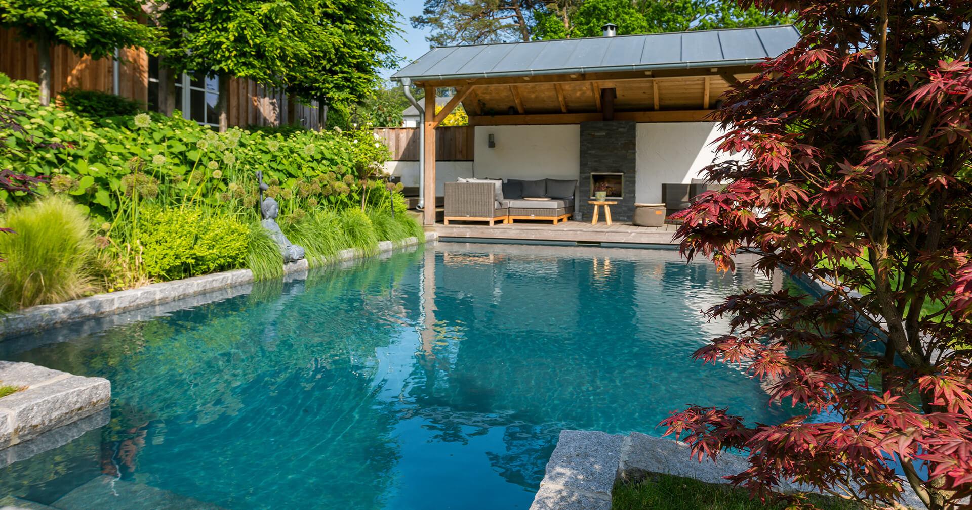 Biotop natuurzwembad met helder water en aanzicht van de zijkant