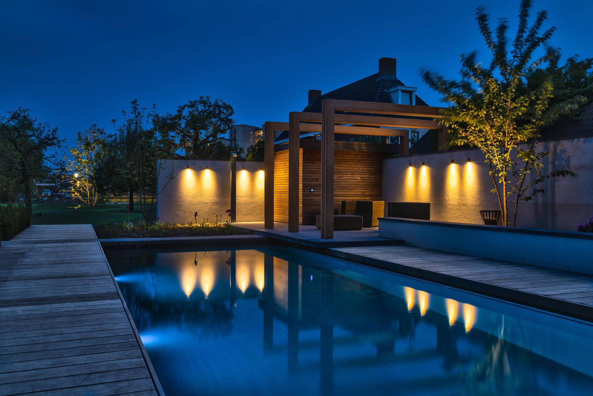 Rechthoekige PurePool met kleine veranda in het donker met sfeerverlichting