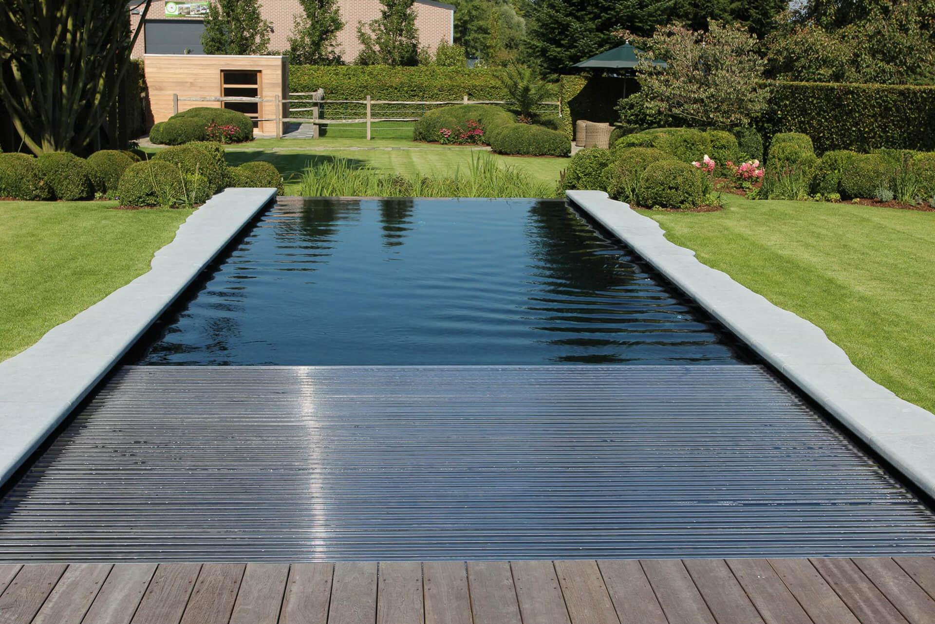 Rechthoekige PurePool met gras aan de zijkanten en donkere zwembadfolie